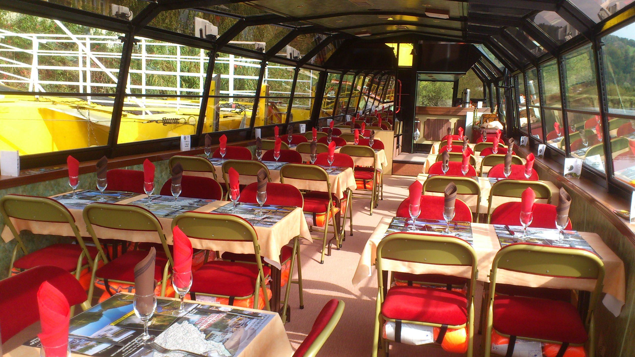 tables restaurant dans un bateau